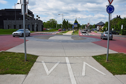 When lanes for vehicles and pedestrians intersect this can generate risk. Coloured asphalt, pavements and concrete help to direct people and maintain safety.